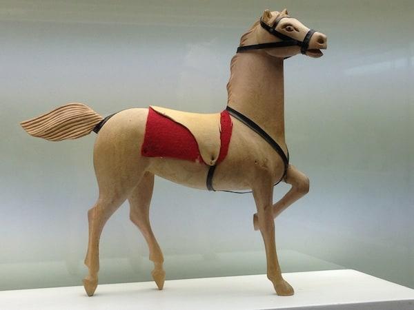 Dieses wunderhübsche Pferd als Teil der frühen Spielzeugsammlung des Museums begeistert mich in seiner Formvollkommenheit und Vollendung.