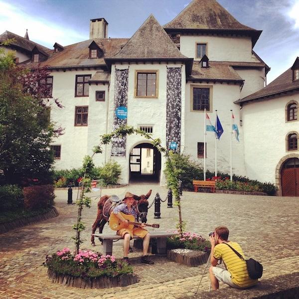 Vor dem Château Clervaux filmen junge Musiker ihr neuestes Musikvideo - und stehen uns dafür Motiv.