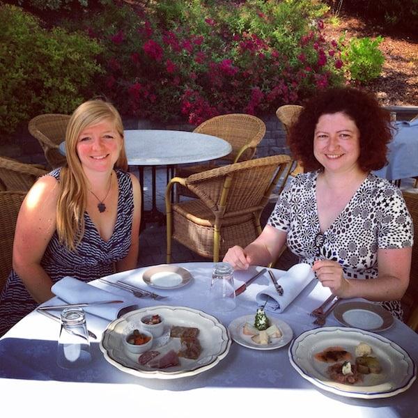 Zu Tisch, die Damen: Die kulinarische Weinverkostung kann beginnen!