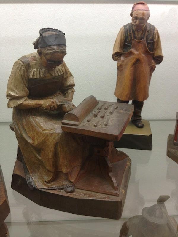 """Im Museum de Gherdëina wird die Tradition lebendig: Motive der ersten Holzschnitzer selbst in Holz """"gefasst"""" (bemalt) und wiedergegeben."""