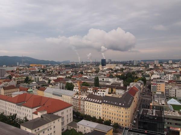"""... sowie nach außen: """"Gemälde"""" der Industriestadt Linz."""