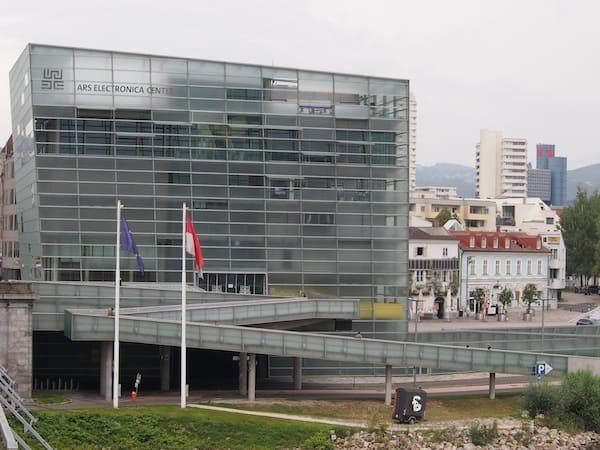 Von hier aus hat man beispielsweise das Ars Electronica Centre, eines der modernen Wahrzeichen Linz', gut im Blick.