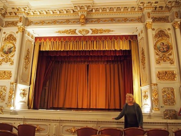 Im Inneren des Schlosses locken der Besuch temporärer Ausstellungen sowie dieses Rokoko-Theater aus dem 18. Jahrhundert.