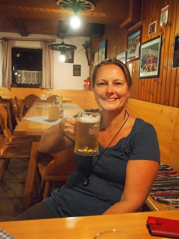 Die Nebelsteinhütte besticht durch ihre Gemütlichkeit, vor allem aber den regionalen Bierspezialitäten des Waldviertels die nach dem letzten Aufstieg besonders gut schmecken. Prost, liebe Angelika!