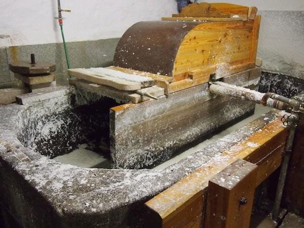 """In diesem Trog wird in """"großem Stile"""" noch heute handgeschöpftes Büttenpapier erzeugt ..."""