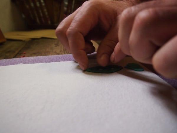 Eine kleine, individuelle Prägung macht unseren handgeschöpften Papierbogen jeweils einzigartig!