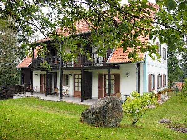 """Im angrenzenden Hoteldorf Königsleiten lässt es sich direkt am Litschauer Herrensee """"schön ruhig"""" schlafen."""