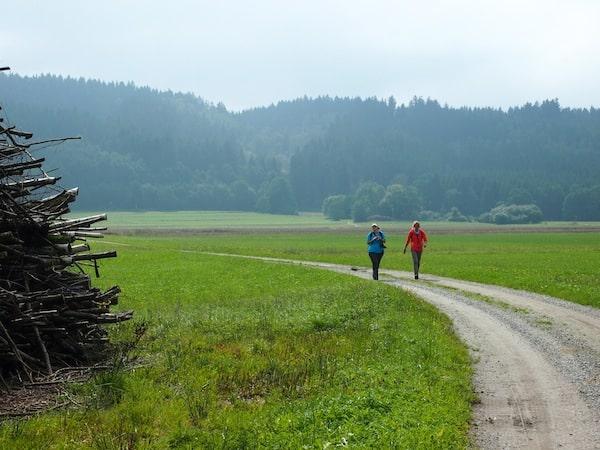 Katja & Angelika beim gemütlichen Wandern / Plaudern ...