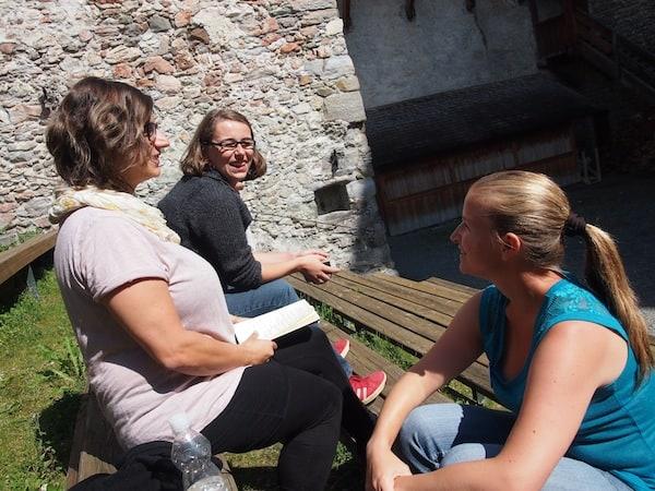 Vorbereitung unserer Blogger Session in der entspannten Atmosphäre des Burghof von Kaprun.