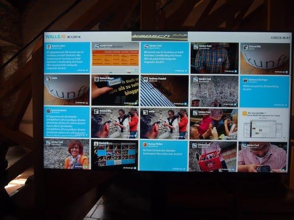 """Stets """"live dabei"""": All unsere Meldungen & Tweets als visuelles Konglomerat bunter Bausteine hier am CastleCamp-Schirm."""