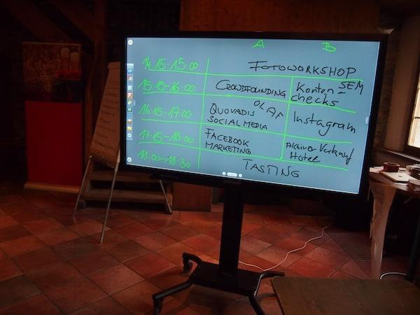 """Kreative (HiTech)Stimmung am Eingang zum CastleCamp: Das Konferenzprogramm wird quasi """"on the go"""" von den Teilnehmern selbst bestimmt!"""