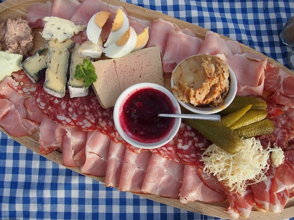 Das Essen hier ist einfach zum Anbeißen - köstliche regionale Schmankerl, wie sie für eine Buschenschank hier in der Weinregion Südsteiermark typisch sind ...