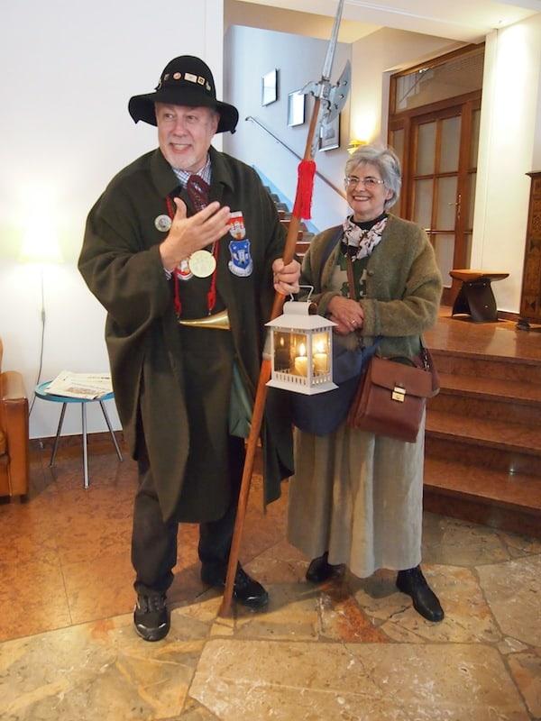 Hier begrüßen uns Nachtwächter Hans mit seiner Frau Marinette ...