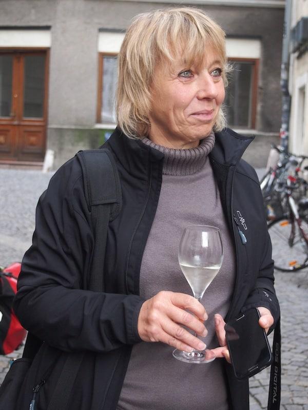 ... darf in modernen Zeiten wie diesen natürlich der Genuss nicht fehlen: Reisebloggerin Sonja lauscht gespannt - Prost unserem tollen Nachtwächter!
