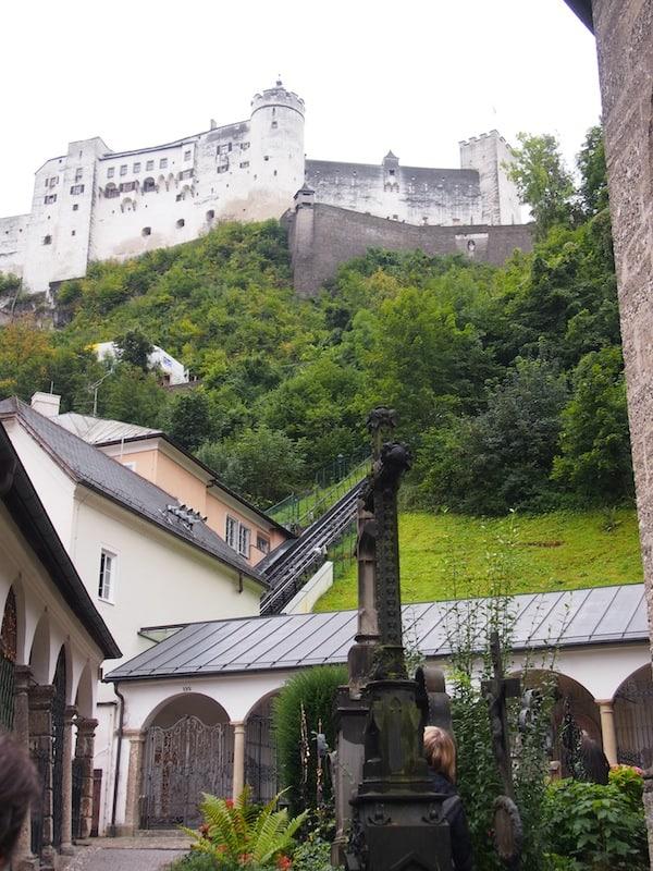 Und zwar geradewegs hier: Am Fuß des Mönchsberg kommen wir inmitten des Friedhof von St. Peter wieder an!