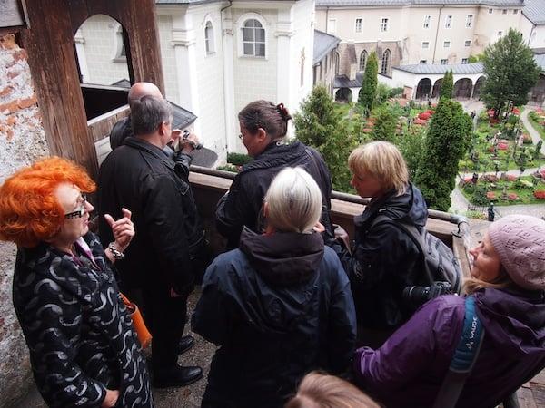 """... nimmt uns mit auf einen Besuch in die """"Katakomben Salzburgs""""!"""