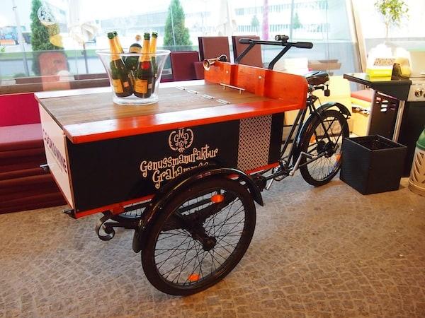 """Zur Ankunft im """"Cook & Wine"""" von Salzburg steht das Genussmanufaktur-Wagerl schon parat ..."""