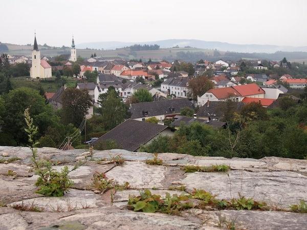 Die Erkundung von Burg Bernstein gibt den Blick auf den gleichnamigen Ort Bernstein frei, welche zugleich eine der höchsten Erhebungen des Südburgenlandes bildet.