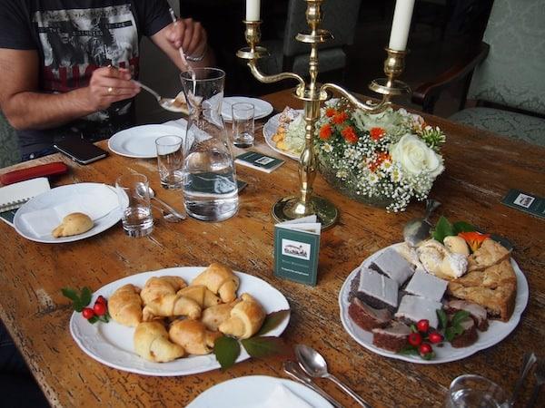 Dazu trägt bestimmt auch die tolle Begrüßung zu nachmittäglichem Kaffee & Kuchen bei, serviert in liebevoller Hausarbeit durch die Familie Almassy.