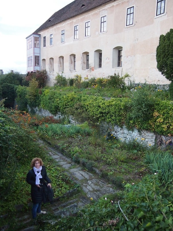 ... sieht man direkt in den Garten und weit über die Landschaft des Südburgenlandes hinein ...