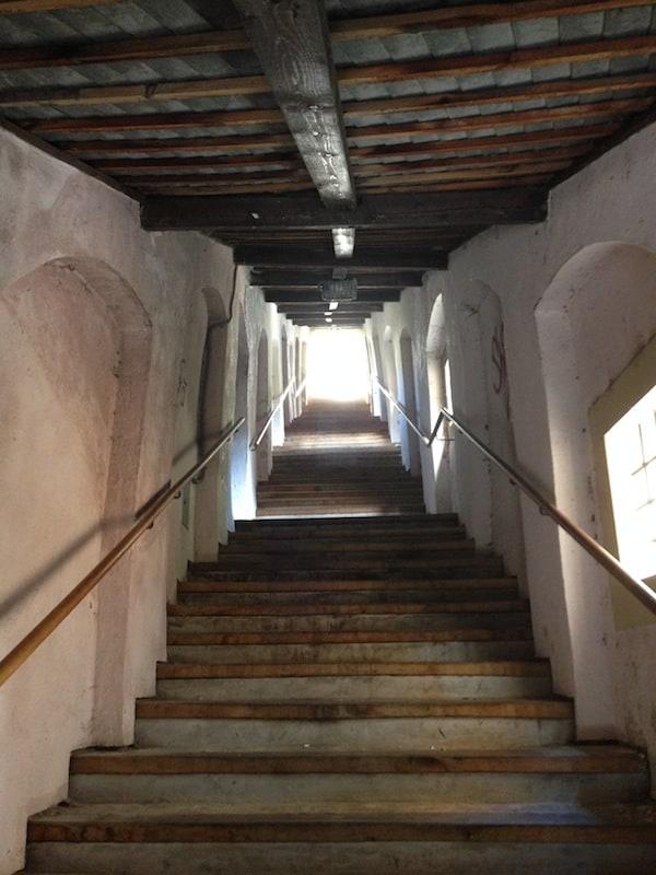 """Weiter hinauf führt uns die """"Stairway to Heaven"""" von Krems, über die Piaristenstiege zur IMC Fachhochschule und ihrem """"Institutsheurigen Müllner"""". ;)"""