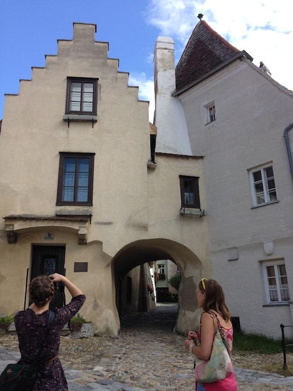 """Am Haus ohne Tür vorbei, setzen wir unseren Rundgang an diesem Gebäude, dem alten Pfarrhof von Krems fort. Lucia nennt dies treffend """"den ersten Couchsurfing-Platz von Krems"""" noch während des Mittelalters!"""