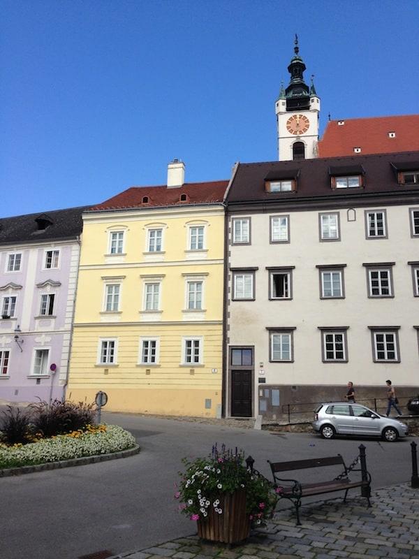 Von dort aus der Blick Richtung Oberes Stadtzentrum: Was fällt Euch an dem gelben Haus auf? Richtig, es hat ... keine Tür !!! Quirky little things, only in Krems. ;)