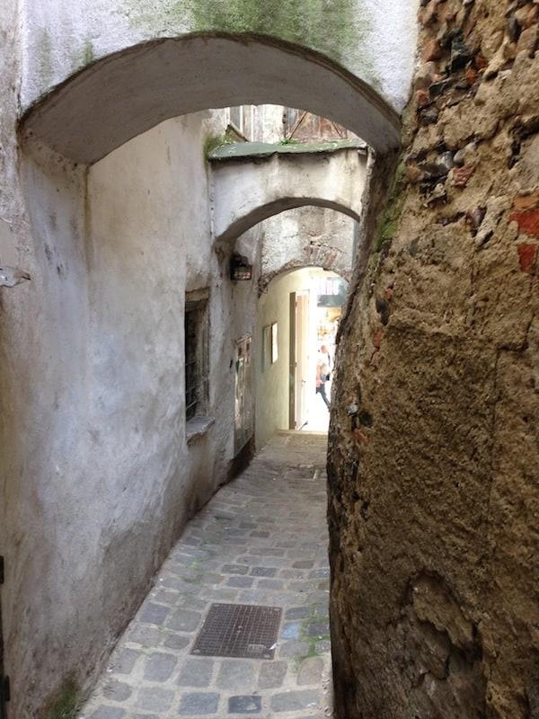 Krems ist wahrhaftig eine mittelalterliche Stadt: Auch Zeitreisen sind in Gassen wie diesen, nur drei Schritte von der modernen Fußgängerzone entfernt, möglich!