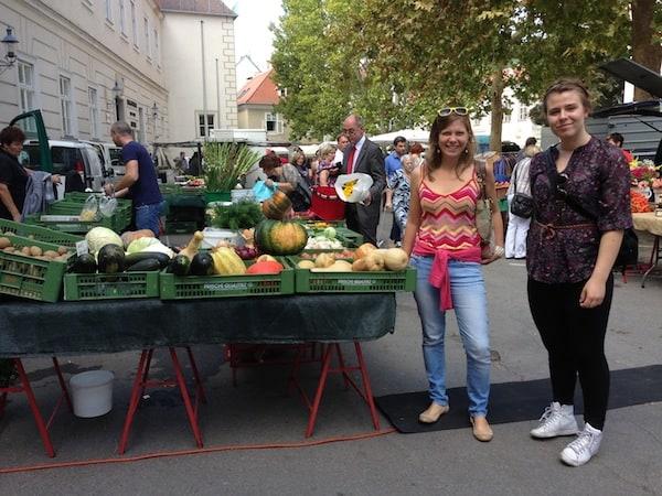 """Wir starten unseren Besuch am Marktplatz der Stadt, immer wieder ein guter Tipp um die Eigenheiten der """"Locals"""" und ihre köstlichen Käse-, Wurst-, Blumen- & Gemüsevielfalten kennen zu lernen."""