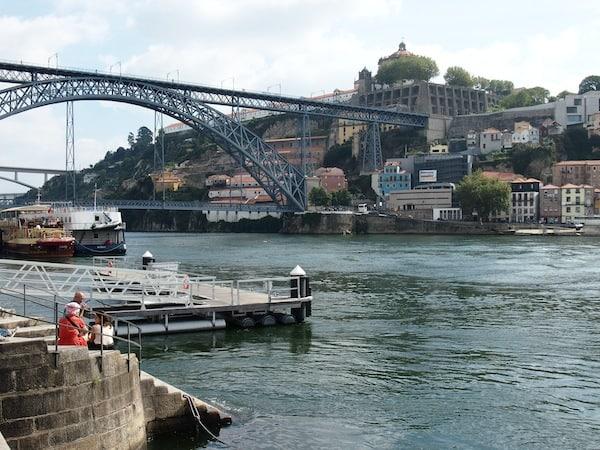 Wir beginnen den Zauber der Stadt Porto mit einem Blick vom Ufer des Douro-Flusses auf die berühmte Ponte D. Luis I, ein einzigartige Eisenkonstruktion die zu den Wahrzeichen der Stadt zählt.
