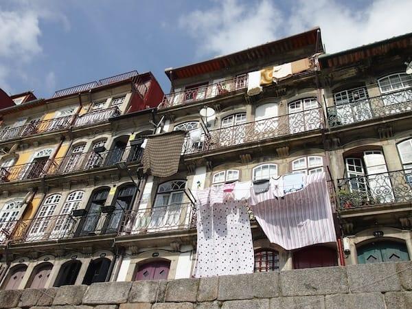 """""""Heute ist Waschtag"""": An jedem Tag, an dem hier die Sonne scheint, hängen die Menschen ihre Wäsche an den Hausfassaden zum Trocknen auf - typisch für den """"Süden"""". :)"""