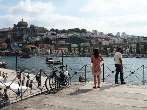 Am Blick auf die Portweinkellereien vom Flussufer der Altstadt von Porto aus können wir uns gar nicht sattsehen ... Ihr?