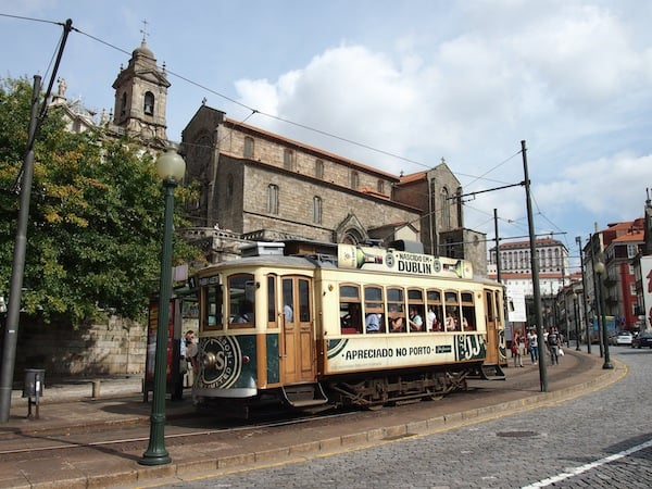 Eine Fahrt mit dieser zauberhaften historischen Tram bringt uns in wenigen Minuten von Ribeira nach Foz, der Flussmündung des Douro-Flusses aufs offene Meer hinaus.