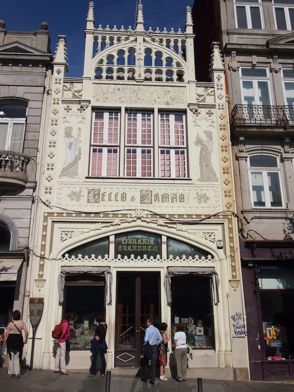 In der Stadt selbst lohnt ein Besuch eines der weiteren Wahrzeichens von Porto: Der berühmten Stadtbibliothek Lello, in der sich schon mal J.K.Rowling für ihre berühmten Harry-Potter-Romane inspiriert haben soll.!