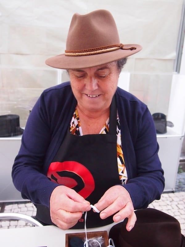 Meine Freundinnen Rita Branco & Sara Dias stellen mir auch diese charmante Dame vor, welche für das Hutmuseum von Porto verantwortlich zeichnet - und dort auch Filz- und Hutmacherkurse für Besucher anbietet!