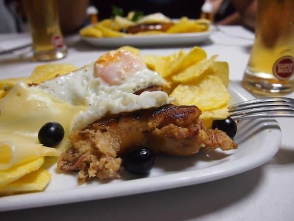 Lasst Euch gesagt sein: Es schmeckt wesentlich besser, als es aussieht. ;) Ein Hoch auf die köstlichen Alheira-Würste Portugals !!!