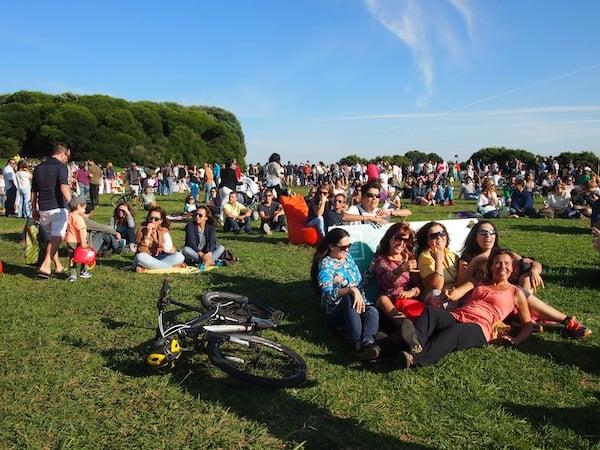 """Lebensgefühl in Porto: Chill-out """"Porto Sunday Sessions"""" im Parque da Cidade laden zum Ausspannen unter freiem Himmel ein."""