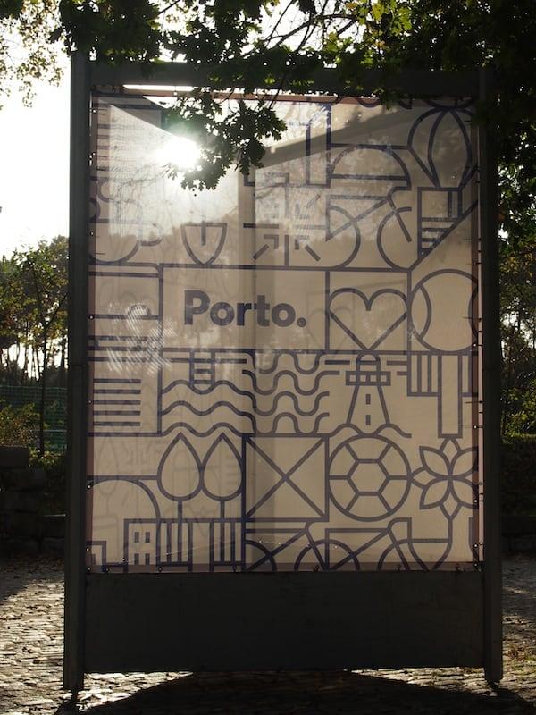 """""""Porto e Punto"""" - die aktuelle Werbekampagne der Stadt Porto als Plakat im Stadtpark."""