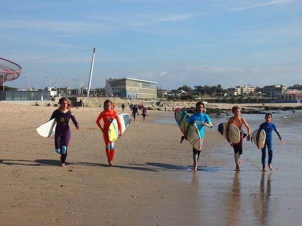 Auf geht's an den Strand: Sonnige Surfer-Boys & Girls am Strand von Matosinhos, Porto.