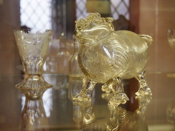 Funny drinking cups, such as this little pig here, bear witness to an excellent sense of humour back in the days of the nobility ...