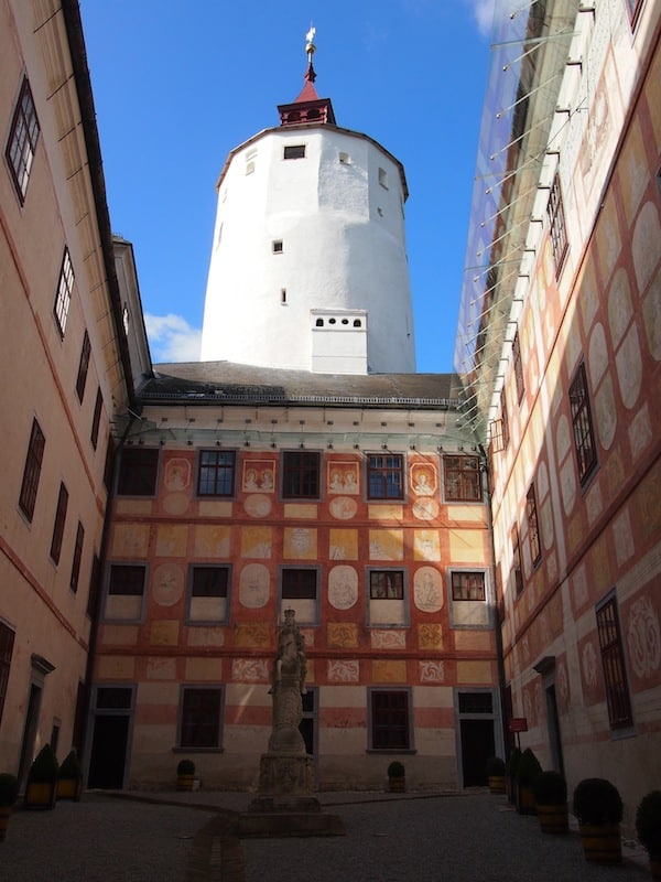 We check out the mighty inside of the fortified palace, such as this beautiful inner courtyard ...