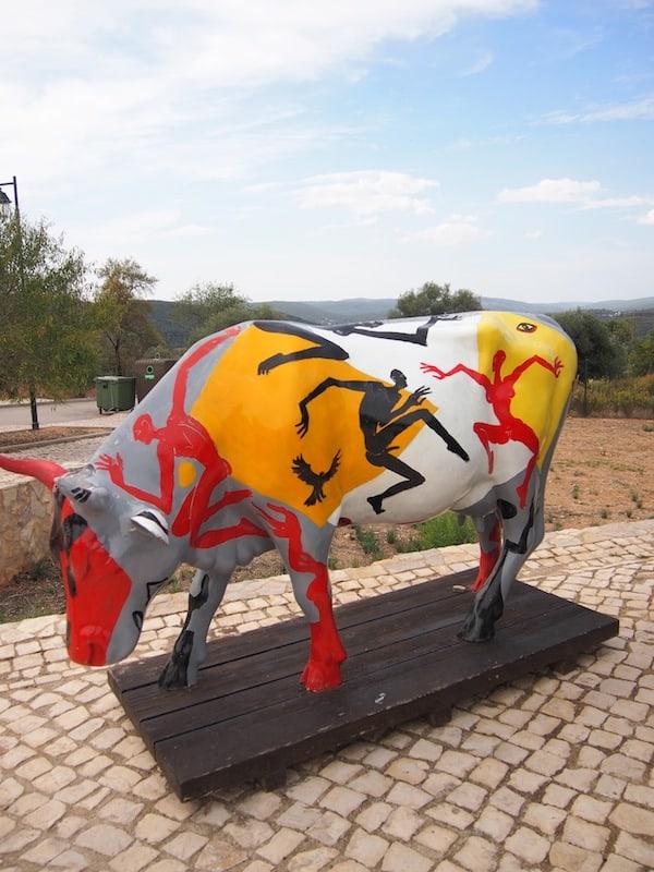 ... lässt sich allerhand anstellen – vielleicht solch bunte Kühe wie diese hier kreativ bemalen und gestalten?!