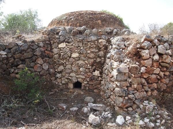 Zu guter Letzt zeigt mir Susana noch ein ganz besonderes Kleinod inmitten der Landschaft rund um Loulé: Dieser Steinofen hat schon viele Jahrzehnte lang als natürlich errichteter Brennofen für Ton in der Region gedient!