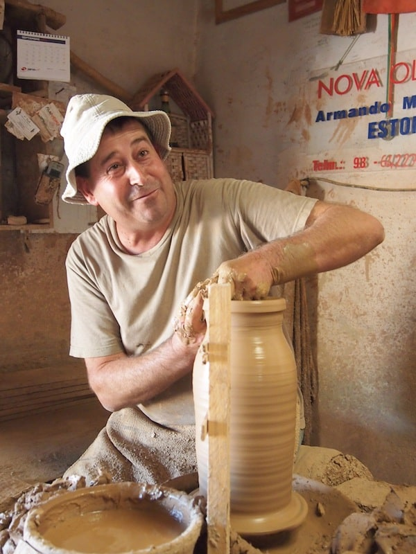 Armando l(i)ebt seinen Beruf und möchte, so will man meinen, am liebsten nichts anderes tun als Tonkrüge herzustellen ...