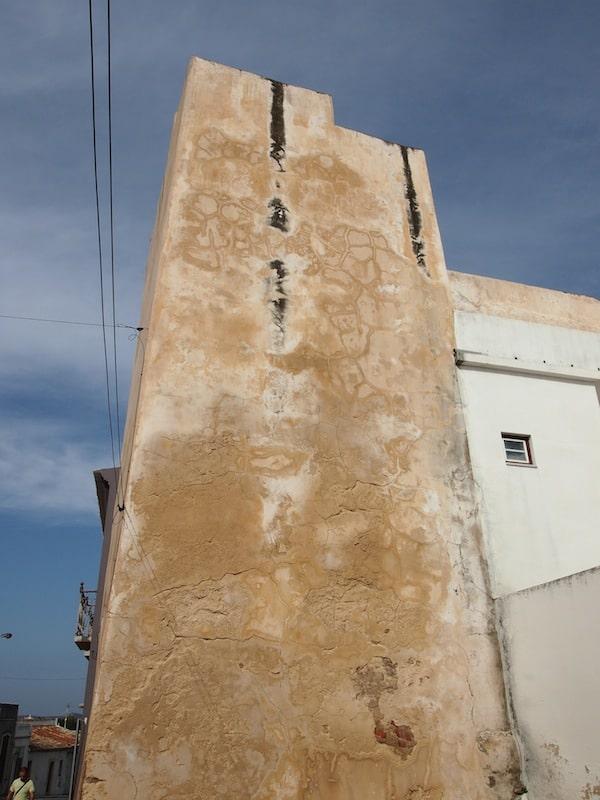 """Von diesem Turm aus bewachten die frühen Einwohner der Stadt ihre Umgebung, genannt """"Al-Ulyà"""", das heutige Loulé, was so viel bedeutet wie """"leichter Hügel, Erhebung""""."""