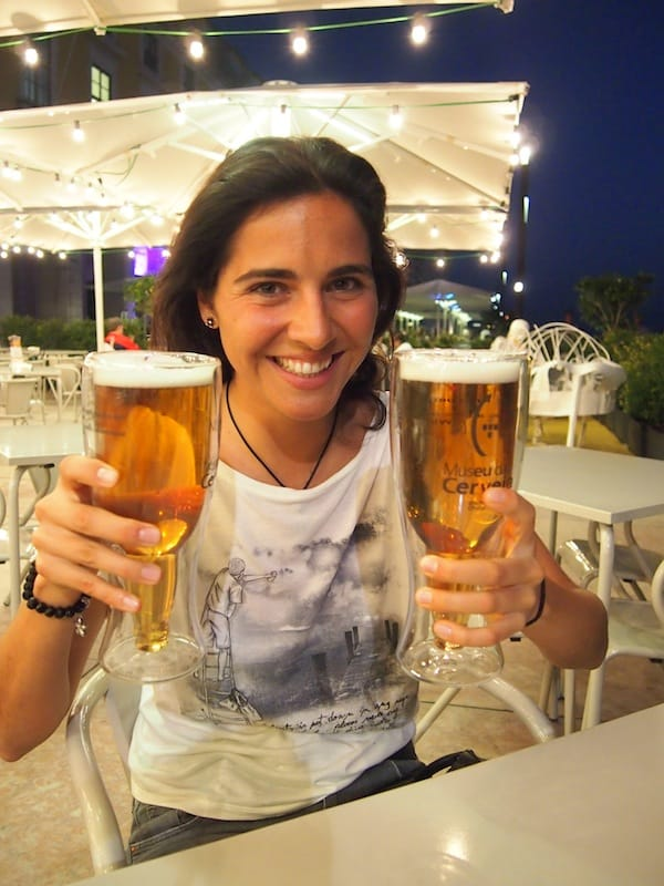 Bianca & ich können Euch getrost empfehlen, im neu eröffneten Museu da Cerveja ein (etwas teures, aber gutes) großes Bier zu trinken und die Stimmung am Praca do Comercio zu genießen.