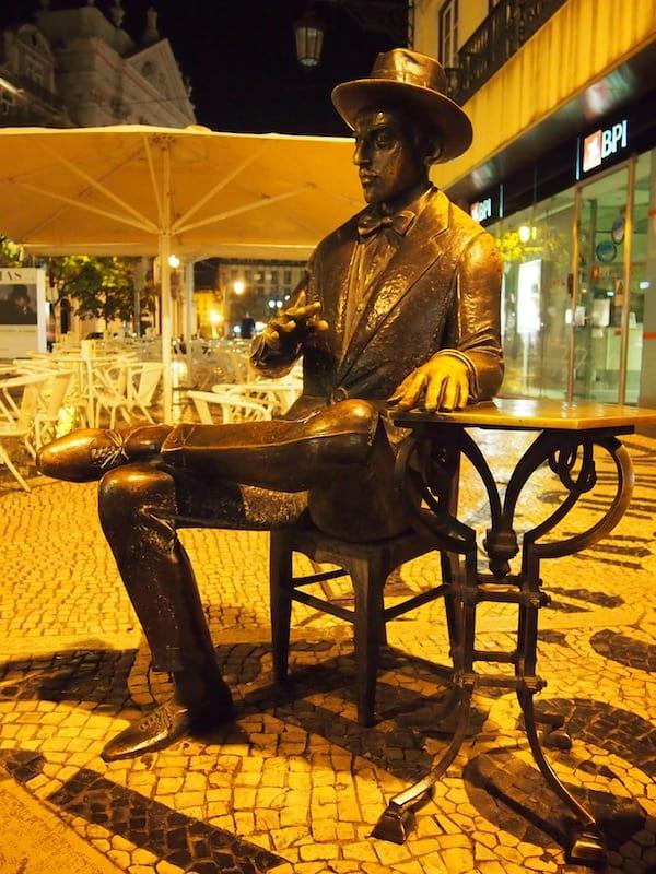 Kennt Ihr diesen Herren? Die Statue des berühmten portugiesischen Dichters Fernando Pessoa in Baixa-Chiado ...
