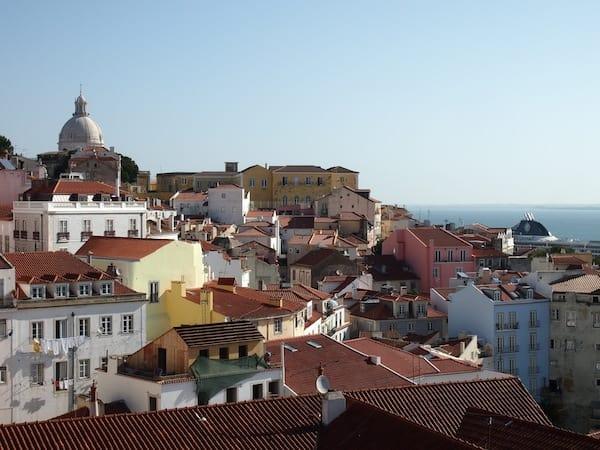 Diese Erkundung setzen wir dann am nächsten Morgen auch gleich fort: Blick über das berühmte Stadtviertel Alfama zum Rio Tejo von Lissabon.