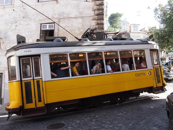 Abenteuer & Vergnügen pur: Die Linie 28 ruckelt noch heute als historische Tram durch die Straßen und Hügel von Lissabon!