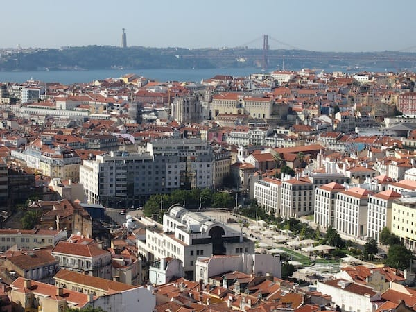 ... von hier aus ist der Blick auf das Zentrum der Altstadt Lissabons einfach fantastisch.